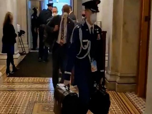رمزهای کیف اتمی ایالات متحده در دستان جو بایدن