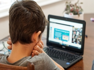 چگونه فرزندم را در آموزشی مجازی درس ها کمک کنم؟
