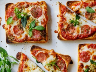 طرز تهیه پیتزا با نان تست ؛ یک غذای سبک و آسان