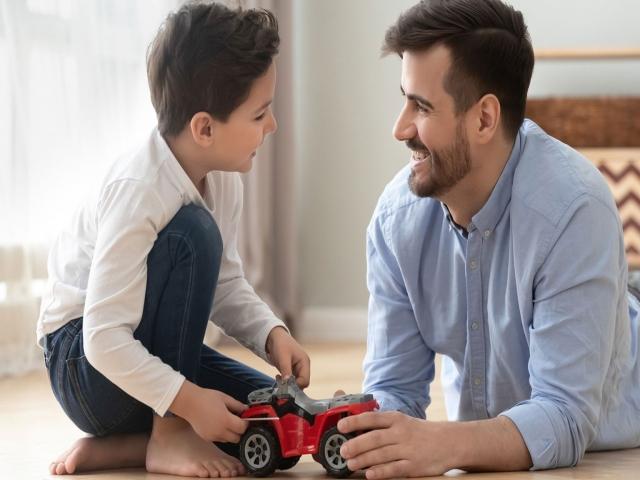 مراقبت نوع تکلم خود با فرزندمان باشیم