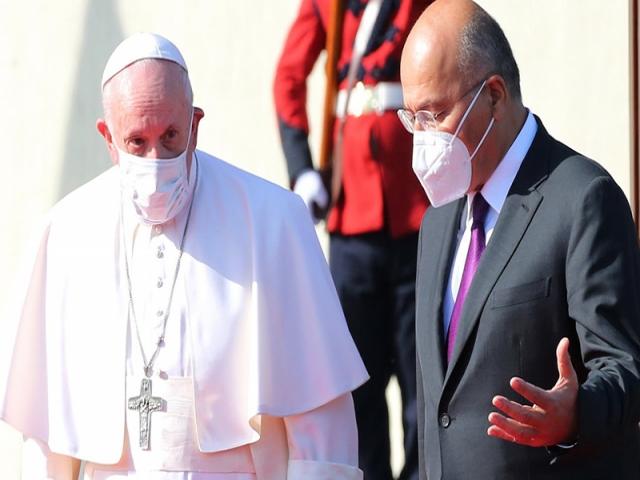 پاپ فرانسیس رهبر کاتولیک های جهان وارد عراق شد + جزئیات سفر او