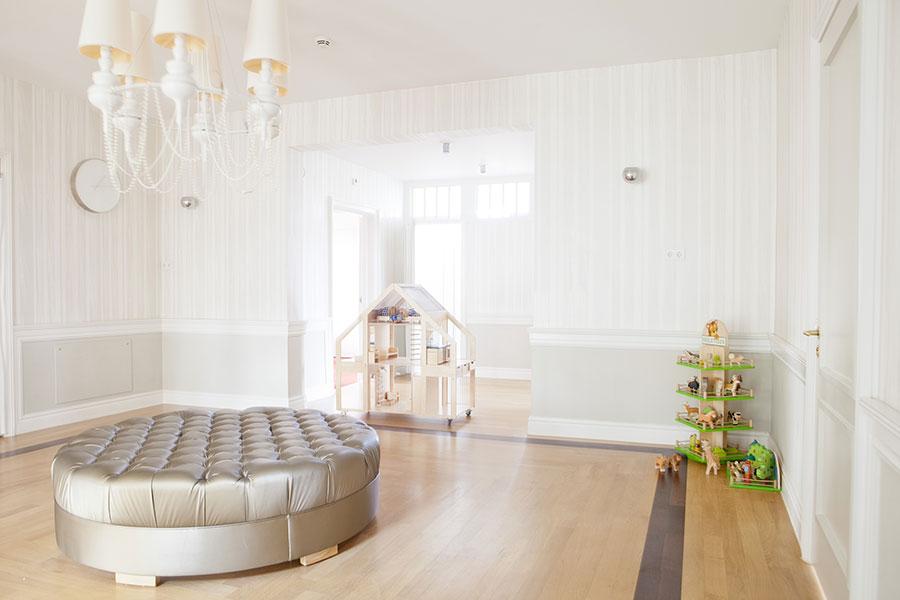 رنگ سفید دیوارها به بزرگتر دیده شدن خانه کمک می کند