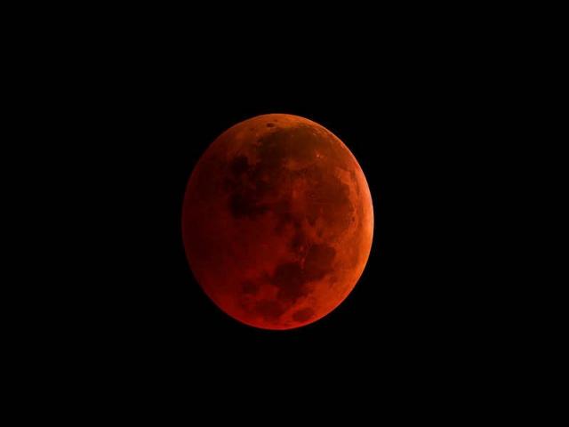ابر ماه گرگ خونین در آسمان/ همه آنچه درباره آخرین خسوف قرن باید بدانید