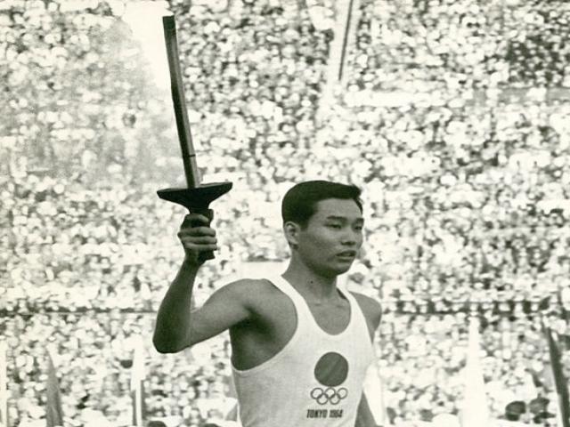 روشن شدن مشعل المپیک توکیو توسط « بچه هیروشیما»