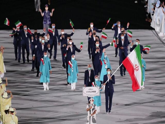 رژه کاروان ایران در افتتاحیه المپیک توکیو با همان لباس فیروزه ای