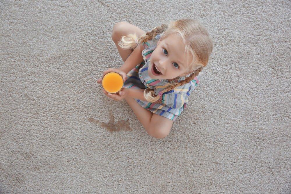 آبمیوه ریختن بچه روی زمین