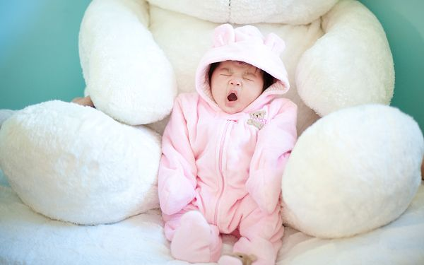 wallpaper_of_baby_a_cute_pink_baby_yawning_in_the_hug_of_stuffed_bear