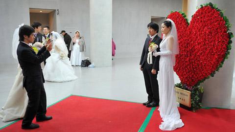 abffa108f4b9aba3f3cb_S.Korea-mass-wedding