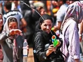 آب بازی جوانان در پارک ایران زمین کرج