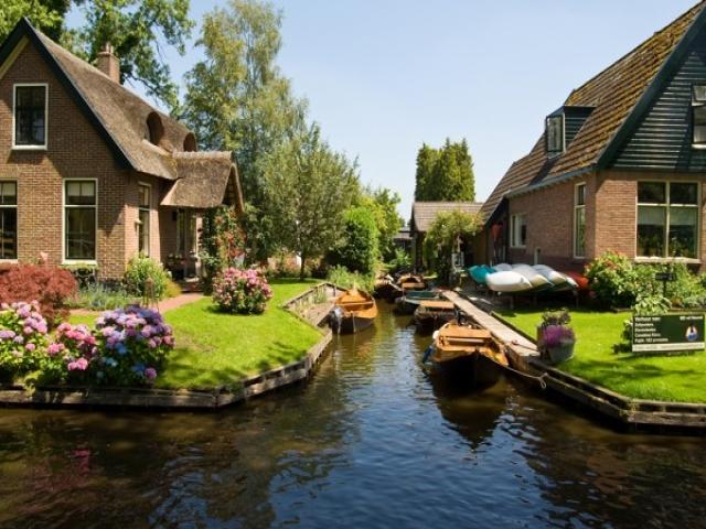 دهکدهای زیبا بدون حتی یک خیابان در هلند!!