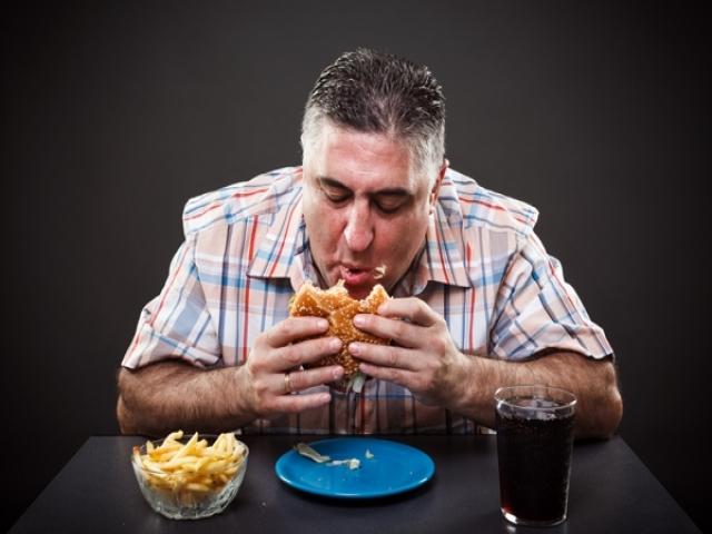چرا افراد چاق اشتیاق به غذاهای پرکالری دارند؟