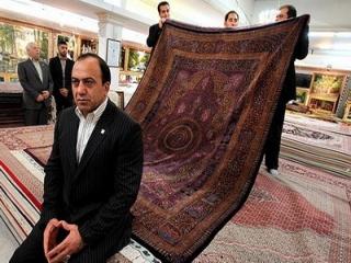 اهدا فرش ابریشم سرمایه گذار برج قو الماس خاورمیانه به آقای ظریف
