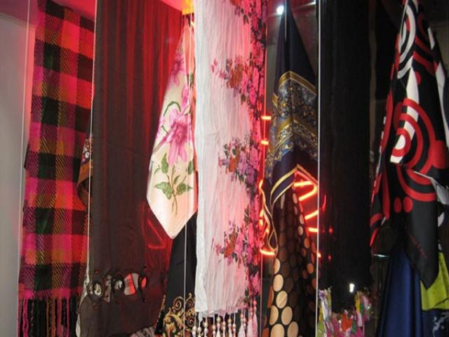 ویترین و دکوراسیون مغازه شال و روسری فورشی