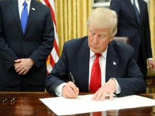 ترامپ احکام اجرایی درباره محدود کردن ورود مهاجران از 7 کشور از جمله ایران را امضا میکند