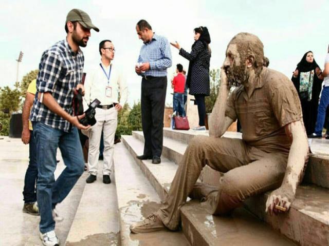 مجسمه زنده در برج میلاد