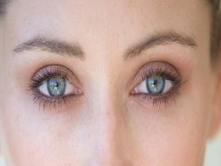 بهترین روش کاهش پف چشم