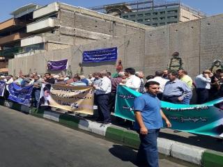 اجتماع اعتراضی کسبه پلاسکو در مقابل ساختمان تخریب شده این ساختمان در خیابان جمهوری اسلامی