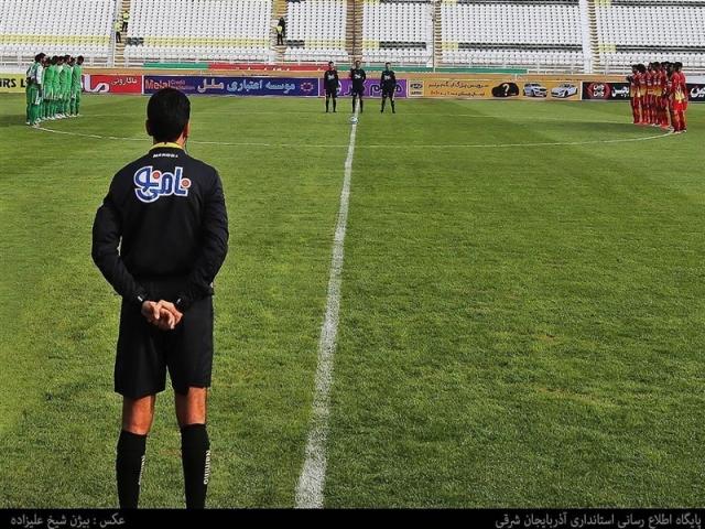 رنگآمیزی چمن ورزشگاه امام علی کرمان پیش از آغاز مسابقه
