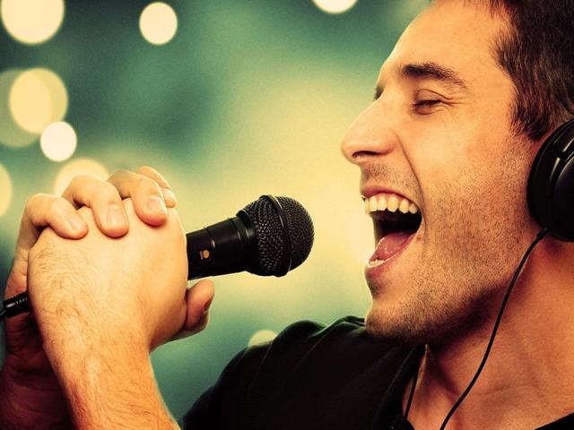 خواننده کیست و به چه کسی خواننده می گویند؟ + تعریف هنر خوانندگی
