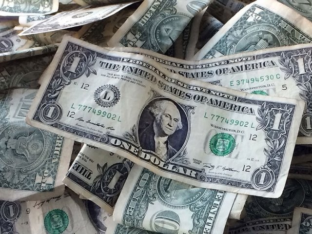هر دلار امریکا بین 6700 تا 7800 خرید و فروش میشود
