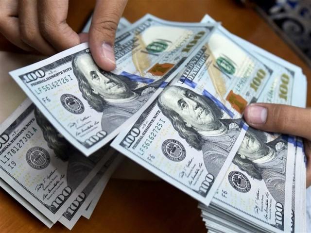 بانک ها دلار را 9950 تومان می خرند