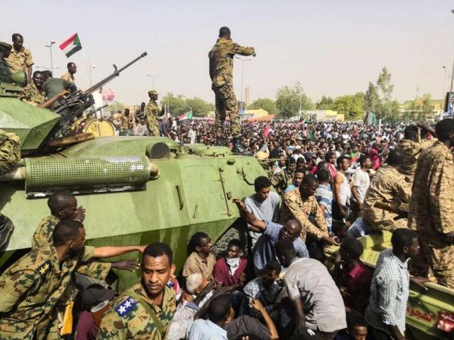 ادامه مخالفت سودانی ها با نظامیان / شورای نظامی: البشیر را در داخل محاکمه میکنیم