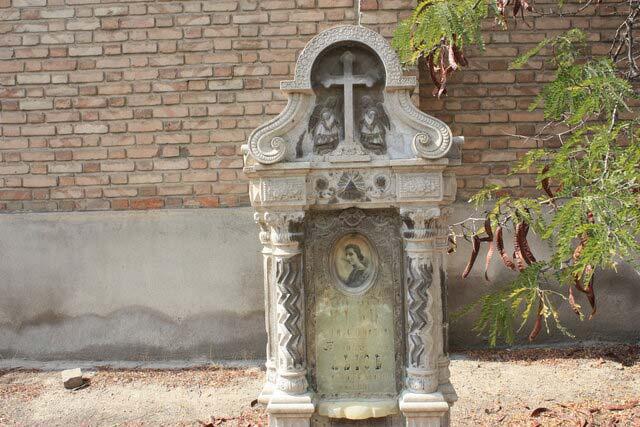 نمونهای از سنگ قبرهایی که در قبرستان لهستانیها تخریب شدهاند (این سنگ هنوز در قبرستان است)