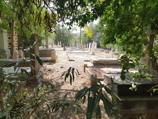 قبرستان لهستانیها، بخشی که سنگ قبرهای آن سالم است
