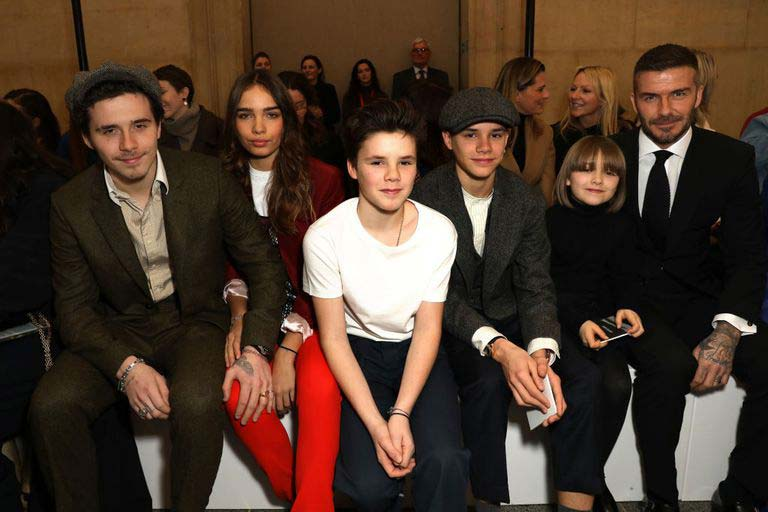 از راست: دیوید بکهام، هارپر، رومئو، کروز، هانا کراس و بروکلین بکهام