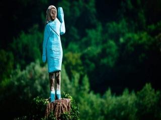 ساخت مجسمهای عجیب از همسر ترامپ در زادگاهش