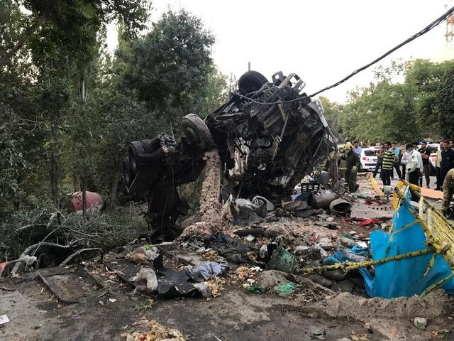 2 کشته در پی تصادف مرگبار کامیون با دیوار باغ سفارت روسیه - 2 killed in a truck crash with the wall of the Russian embassy garden
