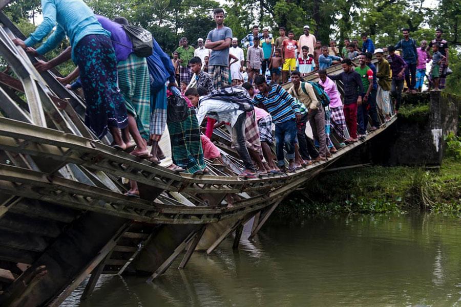 عبور از روی یک پل شکسته در بنگلادش