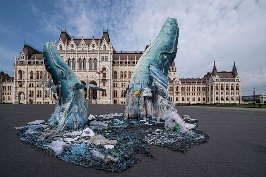 اثری هنری به شکل دو وال ساخته شده از ظروف پلاستیکی بازیافتی در شهر بوداپست مجارستان