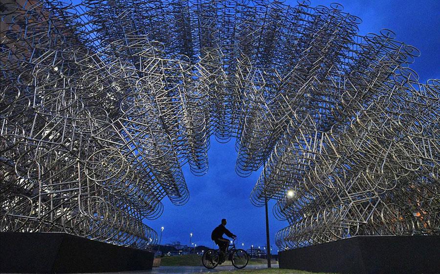 دوچرخه سواری در کنار اثر هنرمند چینی