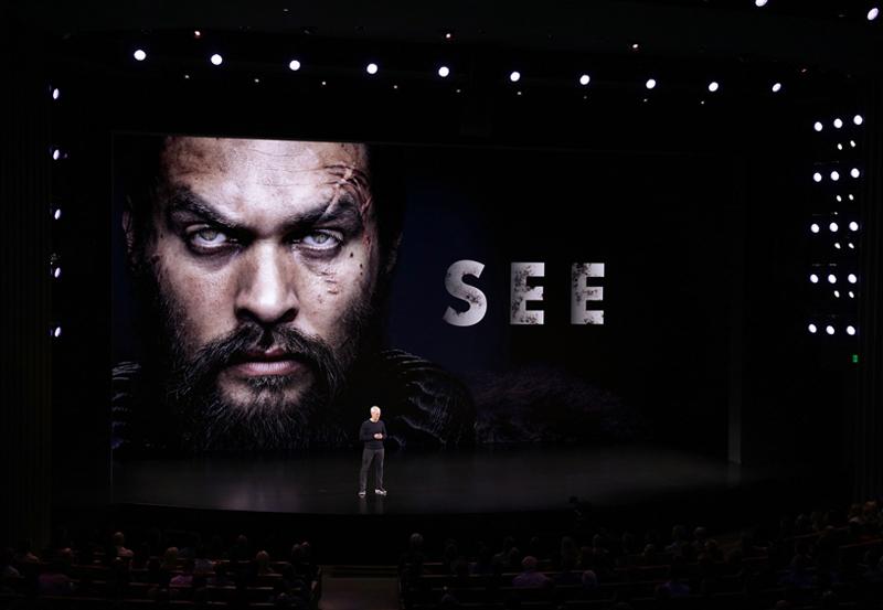 تیم کوک تریلر فیلم See را به نمایش در میآورد. این فیلم قرار است در تاریخ 1 نوامبر با بازی جیسون موموا در + Apple TV نمایش داده شود.