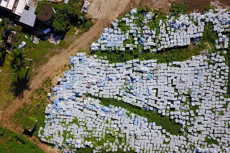 ده ها هزار بطری آب، به منظور قربانیان طوفان ماریا در سال 2017 ، در یک جای خالی در دورادو ، پورتوریکو