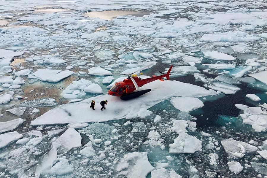 یک هلیکوپتر در یخدان برای ضبط صوتی علمی حاوی داده های ارزشمند در مورد حرکات زندگی دریایی قطب شمال در کانادا