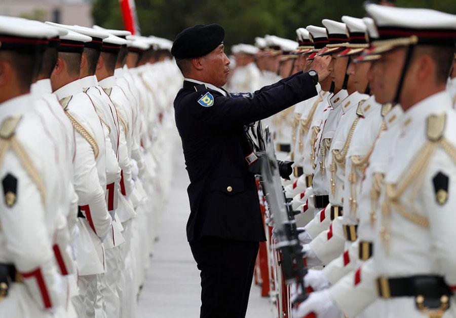 سربازان گارد تشریفات ارتش ژاپن در حال آماده شدن برای استقبال رسمی از وزیر دفاع هند در توکیو