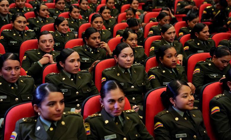 زنان پلیس کلمبیایی در حال گوش فرا دادن به سخنرانی ایوانکا ترامپ دختر و مشاور رییس جمهوری آمریکا در آکادمی پلیس کلمبیا در شهر بوگوتا