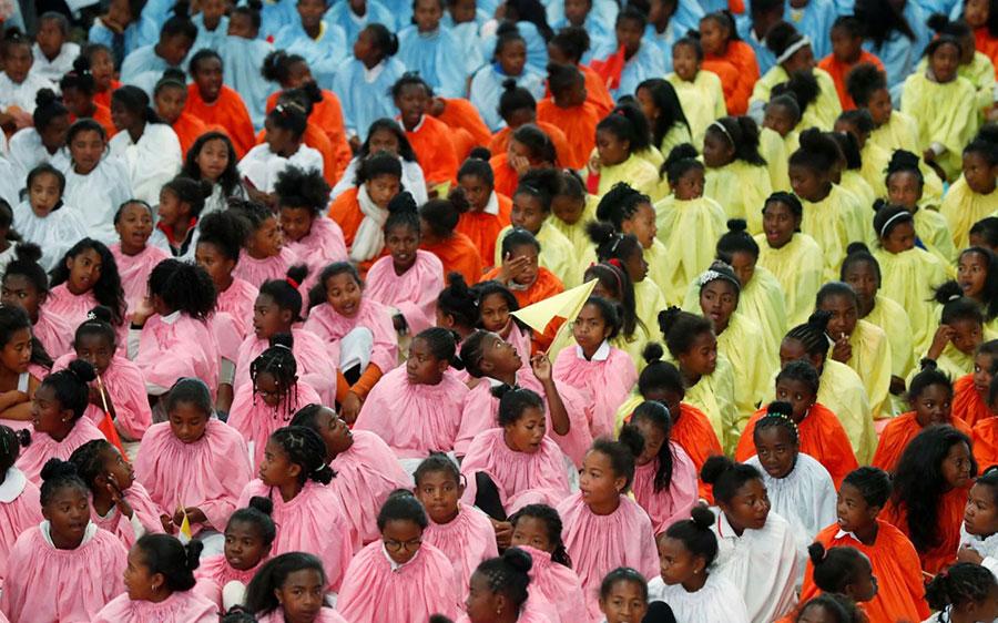 کودکان ماداگاسکاری در انتظار آمدن پاپ فرانسیس