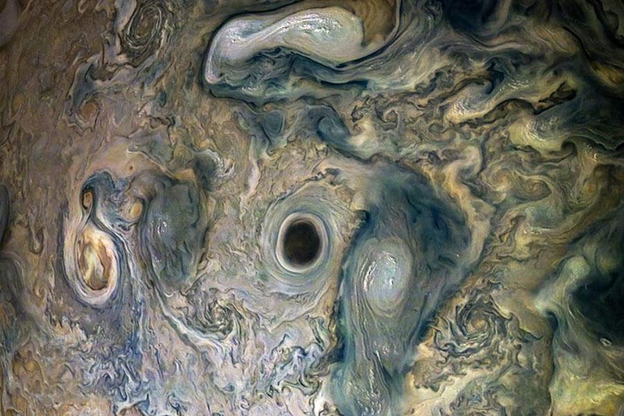 تصویری از فضاپیمای ناسا در بالای مشتری، از یک گرداب