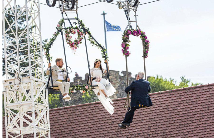 یک زوج آلمانی در شهر برایزاخ مراسم عقد ازدواج خود را روی تاب برگزار کردند