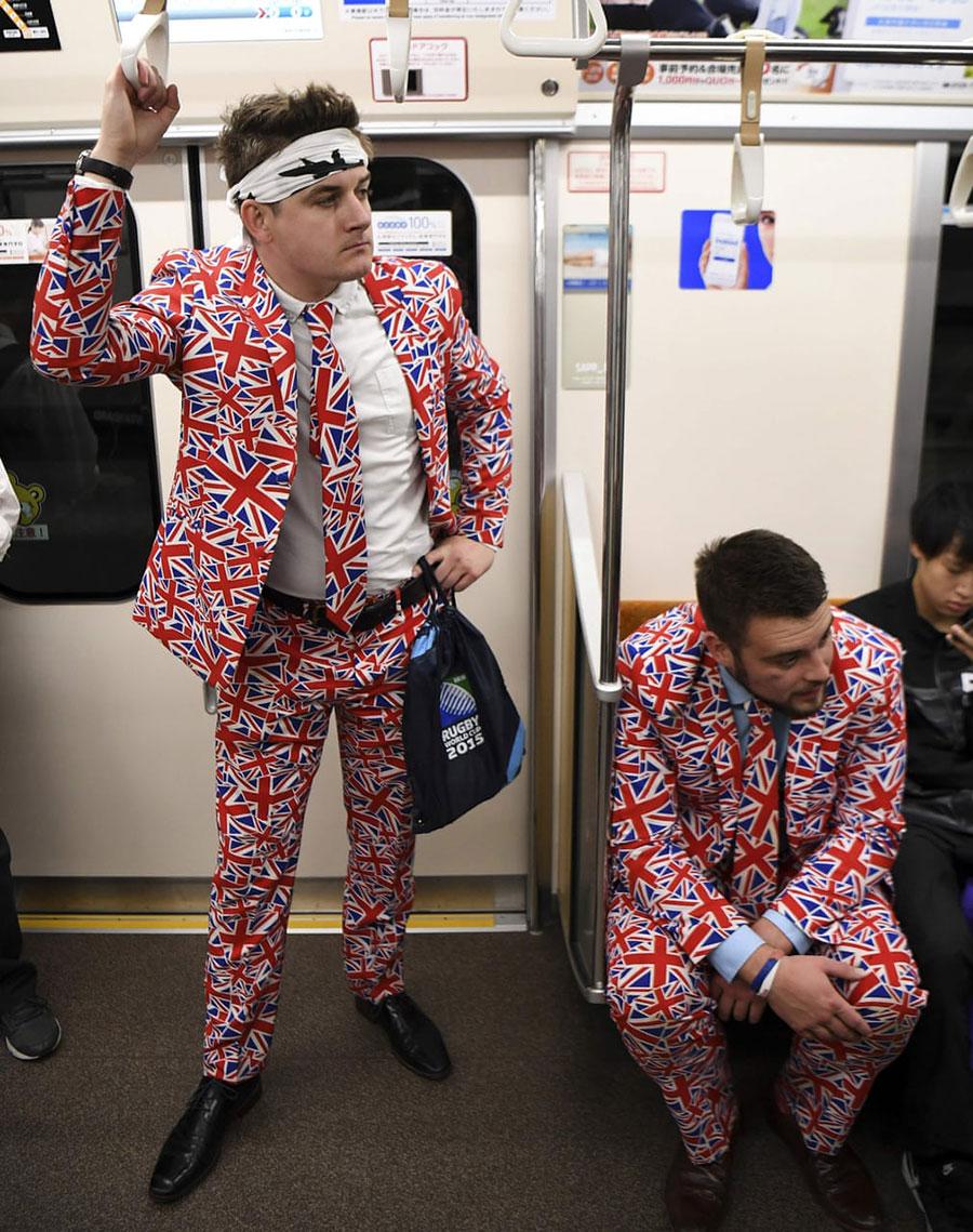 دو طرفدار تیم ملی راگبی بریتانیا در مترو شهر توکیو ژاپن و در حال عزیمت به تماشای مسابقه تیم ملی کشورشان در چارپوب جام جهانی راگبی