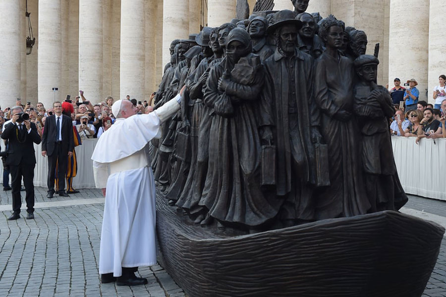 پاپ فرانسیس در مراسم رونمایی از یک مجسمه ساخت یک هنرمند کانادایی درباره مهاجران در واتیکان