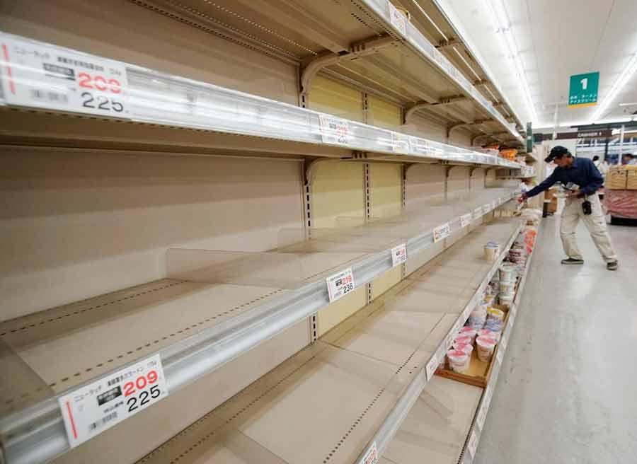 خالی شدن قفسههای فروشگاه به دلیل نزدیکی توفان به شهر تاتایامادر حومه شهر توکیو ژاپن