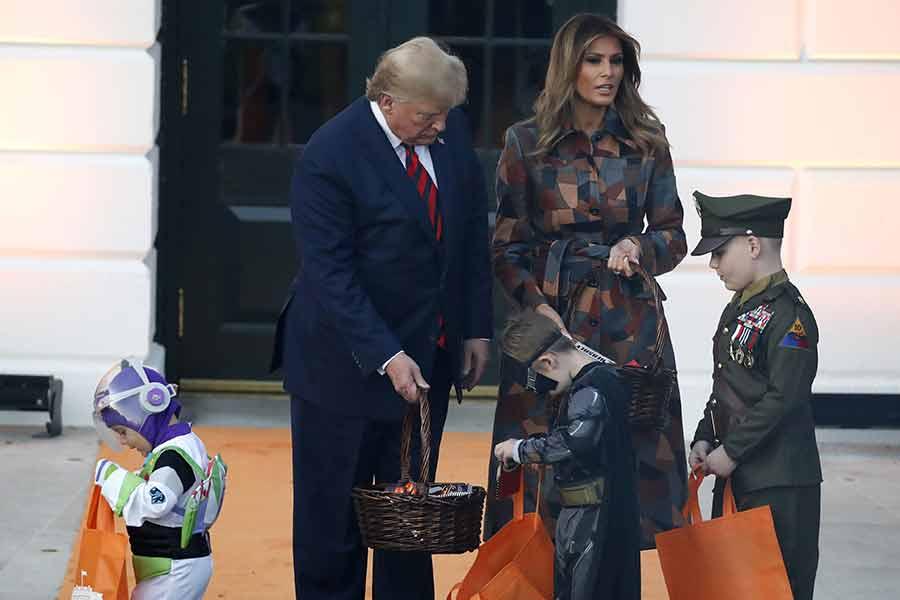 ترامپ به همراه ملانیا و یک عروسک مینیون در جشن هالووین کاخ سفید حاضر شدند
