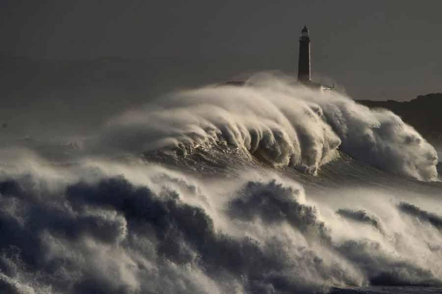 تصویر دیدنی از امواج سهمگین دریا در اطراف جزیره مورو در اسپانیا