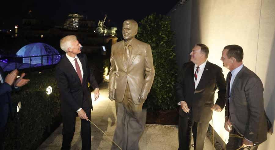 رونمایی از تندیس رونالد ریگان رییس جمهوری اسبق آمریکا با حضور مایک پمپئو وزیر خارجه آمریکا در سفارت ایالات متحده آمریکا در برلین