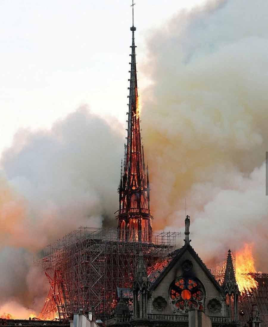 یکی از عکسهای مربوط به آتش سوزی بزرگ کلیسای نوتردام در پاریس