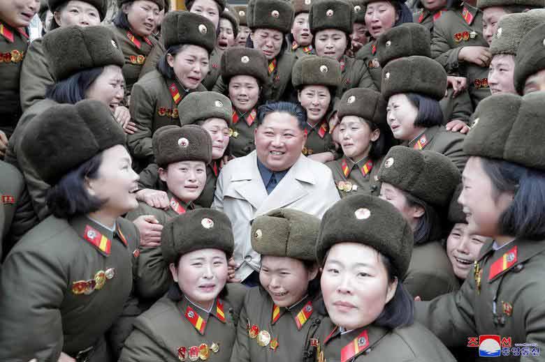عکس یادگاری رهبر کره شمالی با زنان ارتشی